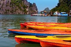 Επιπλέον χωριό ωχρού κοντινού Kuah το νησί Daw Guo στον κόλπο Halong στο Βιετνάμ Τα εθνικά αυθεντικά σκάφη με τα πανιά επιπλέουν Στοκ Εικόνα
