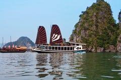 Επιπλέον χωριό ωχρού κοντινού Kuah το νησί Daw Guo στον κόλπο Halong στο Βιετνάμ Τα εθνικά αυθεντικά σκάφη με τα πανιά επιπλέουν Στοκ φωτογραφίες με δικαίωμα ελεύθερης χρήσης