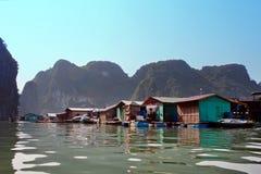 Επιπλέον χωριό ωχρού κοντινού Kuah το νησί Daw Guo στον κόλπο Halong στο Βιετνάμ Τα εθνικά αυθεντικά σκάφη με τα πανιά επιπλέουν Στοκ Εικόνες