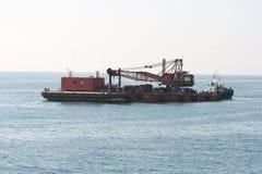 επιπλέον tugboat γερανών στοκ εικόνα