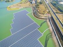 Επιπλέουσα ηλιακά πλαίσια ή πλατφόρμα ηλιακών κυττάρων στη λίμνη στοκ φωτογραφία με δικαίωμα ελεύθερης χρήσης