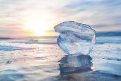 Επιπλέων πάγος πάγου στην παγωμένη επιφάνεια με την αντανάκλαση και το ηλιοβασίλεμα _ Στοκ φωτογραφία με δικαίωμα ελεύθερης χρήσης