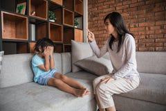 επιπλήττοντας κόρηη μητέρων στοκ φωτογραφίες με δικαίωμα ελεύθερης χρήσης