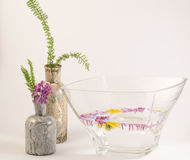 Επιπλέοντα λουλούδια και μπουκάλια Στοκ Φωτογραφία