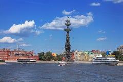Επιπλέοντα σκάφη αναψυχής με τους ανθρώπους στη Μόσχα, Ρωσία Στοκ Φωτογραφίες
