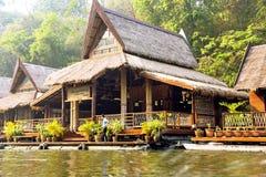 Επιπλέοντα σπίτια ξενοδοχείων στον ποταμό Kwai Στοκ εικόνα με δικαίωμα ελεύθερης χρήσης