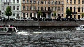 Επιπλέοντα σώματα βαρκών εξόρμησης στον ποταμό απόθεμα βίντεο