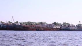 Επιπλέοντα σώματα βαρκών στον ποταμό κοντά στα μεγαλύτερα σκάφη φιλμ μικρού μήκους