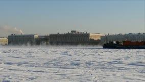 Επιπλέοντα σώματα παγοθραυστών κατά μήκος του ποταμού Neva το χειμώνα στη Αγία Πετρούπολη απόθεμα βίντεο