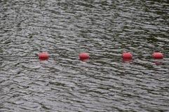 Επιπλέοντα σώματα σημαδιών ορίου στην επιφάνεια θαλάσσιου νερού ` s Στοκ Φωτογραφία