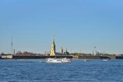 Επιπλέοντα σώματα σκαφών αναψυχής στον ποταμό Neva στο υπόβαθρο Στοκ Εικόνες