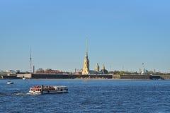 Επιπλέοντα σώματα σκαφών αναψυχής στον ποταμό Neva στο υπόβαθρο Στοκ εικόνα με δικαίωμα ελεύθερης χρήσης