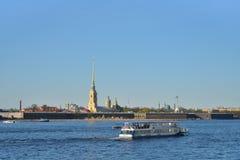 Επιπλέοντα σώματα σκαφών αναψυχής στον ποταμό Neva στο υπόβαθρο Στοκ φωτογραφία με δικαίωμα ελεύθερης χρήσης