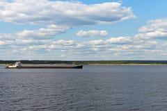 Επιπλέοντα σώματα φορτηγίδων στον ποταμό Στοκ φωτογραφία με δικαίωμα ελεύθερης χρήσης