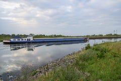 Επιπλέοντα σώματα φορτηγίδων στο κανάλι Γέφυρα νερού στο sommer Στοκ εικόνα με δικαίωμα ελεύθερης χρήσης
