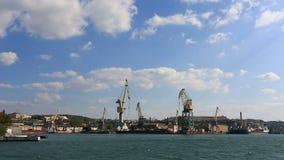 Επιπλέοντες γερανοί που σταθμεύουν στον κόλπο της Σεβαστούπολης, Κριμαία απόθεμα βίντεο