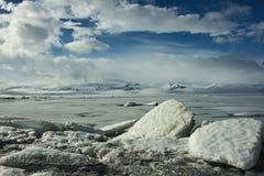 Επιπλέοντες πάγοι πάγου μπροστά από την παγωμένη λίμνη στοκ εικόνες με δικαίωμα ελεύθερης χρήσης