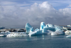 Επιπλέοντες πάγοι πάγου στη λιμνοθάλασσα παγετώνων λιμνών jokullsarlon Στοκ Εικόνες