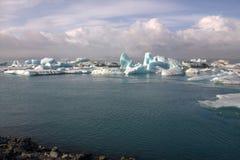 Επιπλέοντες πάγοι πάγου στη λιμνοθάλασσα παγετώνων λιμνών jokullsarlon Στοκ εικόνες με δικαίωμα ελεύθερης χρήσης