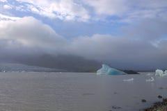 Επιπλέοντες πάγοι πάγου στη λιμνοθάλασσα παγετώνων Fjallsarlon λιμνών Στοκ Εικόνες