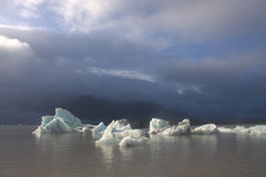 Επιπλέοντες πάγοι πάγου στη λιμνοθάλασσα παγετώνων Fjallsarlon λιμνών Στοκ Εικόνα
