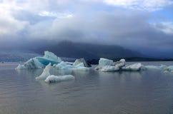 Επιπλέοντες πάγοι πάγου στη λιμνοθάλασσα παγετώνων Jokulsarlon λιμνών Στοκ εικόνα με δικαίωμα ελεύθερης χρήσης