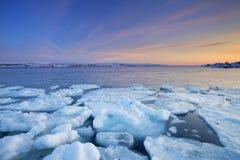 Επιπλέοντες πάγοι πάγου στο ηλιοβασίλεμα, αρκτικός ωκεανός, Νορβηγία στοκ εικόνες