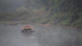 Επιπλέον σπίτι στον ποταμό κάτω από την υδρονέφωση το πρωί σε Sangkhlaburi, Kanchanaburi Ταϊλάνδη φιλμ μικρού μήκους