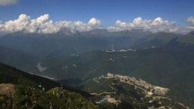 Επιπλέον σώμα σύννεφων επάνω από τα βουνά Καύκασου Άποψη Timelapse απόθεμα βίντεο