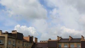 Επιπλέον σώμα σύννεφων σωρειτών επάνω από τη πολυκατοικία Άποψη Timelapse φιλμ μικρού μήκους