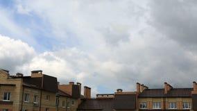 Επιπλέον σώμα σύννεφων σωρειτών επάνω από τη πολυκατοικία Άποψη Timelapse απόθεμα βίντεο