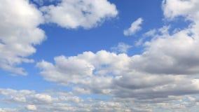 Επιπλέον σώμα σύννεφων σωρειτών πέρα από το μπλε ουρανό. φιλμ μικρού μήκους