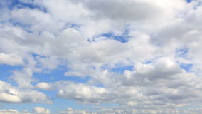 Επιπλέον σώμα σύννεφων σωρειτών πέρα από το μπλε ουρανό. απόθεμα βίντεο