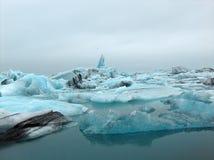 επιπλέουσα δεξαμενή χώνευσης παγόβουνων παγετώνων jokulsarlon Στοκ εικόνες με δικαίωμα ελεύθερης χρήσης