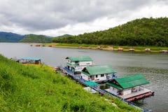 επιπλέων ποταμός Ταϊλάνδη kwai kanchanaburi σπιτιών ξενοδοχείων Στοκ φωτογραφίες με δικαίωμα ελεύθερης χρήσης