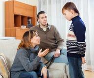 Επιπλήττοντας έφηβος μητέρων και πατέρων Στοκ Φωτογραφία