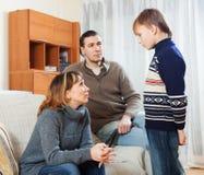Επιπλήττοντας γιος εφήβων μητέρων και πατέρων Στοκ Φωτογραφία