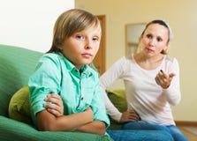 Επιπλήττοντας γιος εφήβων μητέρων Στοκ Εικόνα