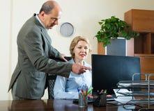 Επιπλήττοντας γραμματέας διευθυντών γραφείων Στοκ φωτογραφία με δικαίωμα ελεύθερης χρήσης