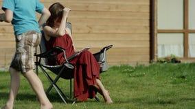 Επιπλήττοντας παιδιά μητέρων για την κακή συμπεριφορά Καλοκαίρι απόθεμα βίντεο