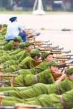 Επιρρεπές κινεζικό πυροβόλο όπλο στρατιωτικής εκπαίδευσης σπουδαστών υπόλοιπου κόσμου Στοκ εικόνα με δικαίωμα ελεύθερης χρήσης