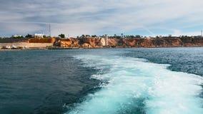 Επισήμανση μετά από τη μετάβαση ενός γιοτ ή ενός σκάφους στο νερό Άσπρος αφρός θάλασσας από τη μηχανή του σκάφους Ενάντια απόθεμα βίντεο