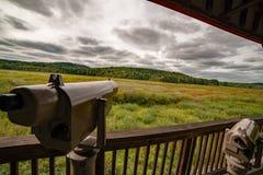 Επισήμανση των πεδίων στο παρατηρητήριο άγριας φύσης που αγνοούν το βιότοπο αποδημητικών πτηνών και άγριας φύσης στο εθνικό καταφ στοκ εικόνα με δικαίωμα ελεύθερης χρήσης