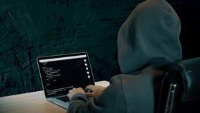 Επισημαίνοντας επαφή χάκερ στο φορητό προσωπικό υπολογιστή Το άτομο στην κουκούλα κάθεται στην επιτραπέζια σκοτεινή νύχτα Οθόνη l απόθεμα βίντεο