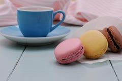 Επισημαίνοντας κορνέτα εγγράφου με τα macarons και το μπλε φλυτζάνι Espresso Στοκ φωτογραφίες με δικαίωμα ελεύθερης χρήσης