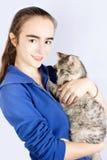 Επισημασμένη γάτα στα χέρια ενός έφηβη Στοκ φωτογραφία με δικαίωμα ελεύθερης χρήσης