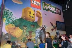 Επισκέπτες εμπορικών εκθέσεων που παίζουν τους κόσμους Lego στο θάλαμο του comp Στοκ Εικόνες