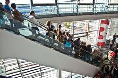 Επισκέπτες μέσα στη δίκαιη αίθουσα επάνω στοκ εικόνα