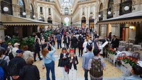 Επισκέπτες μέσα στη λεωφόρο αγορών του Μιλάνου, σχέδιο Vittorio Emanuele Galleria, μόδα φιλμ μικρού μήκους