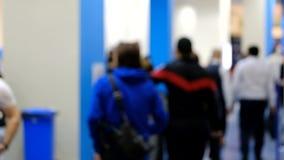 Επισκέπτες μιας επιχειρησιακής διάσκεψης που περπατά στην αίθουσα απόθεμα βίντεο